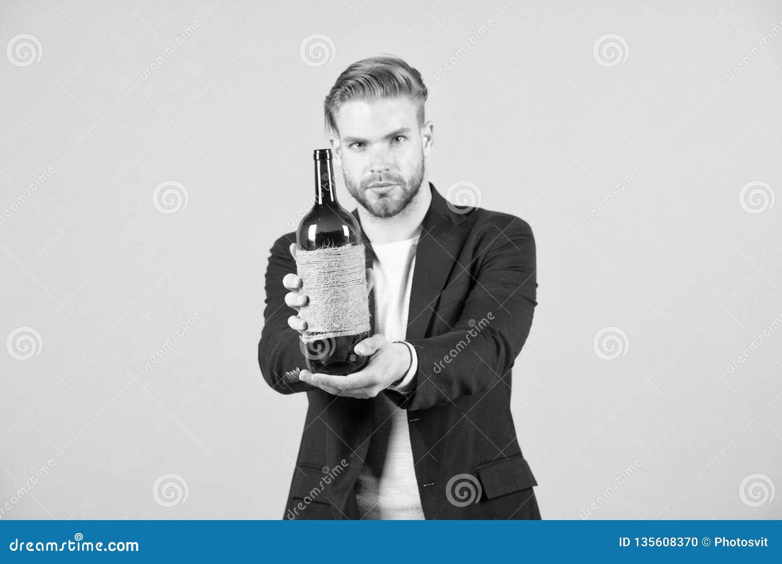 Vous aimez essayer ceci Bouteille d offre de Sommelier de vin Concept professionnel de degustation de vin Costume formel d homme