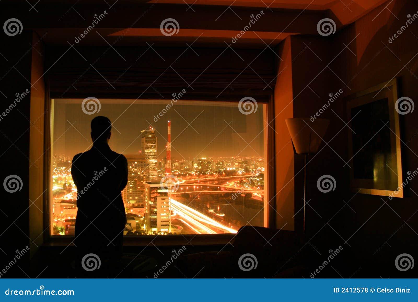 Silhouette de l 39 homme devant la fen tre photos libres de for Devant la fenetre