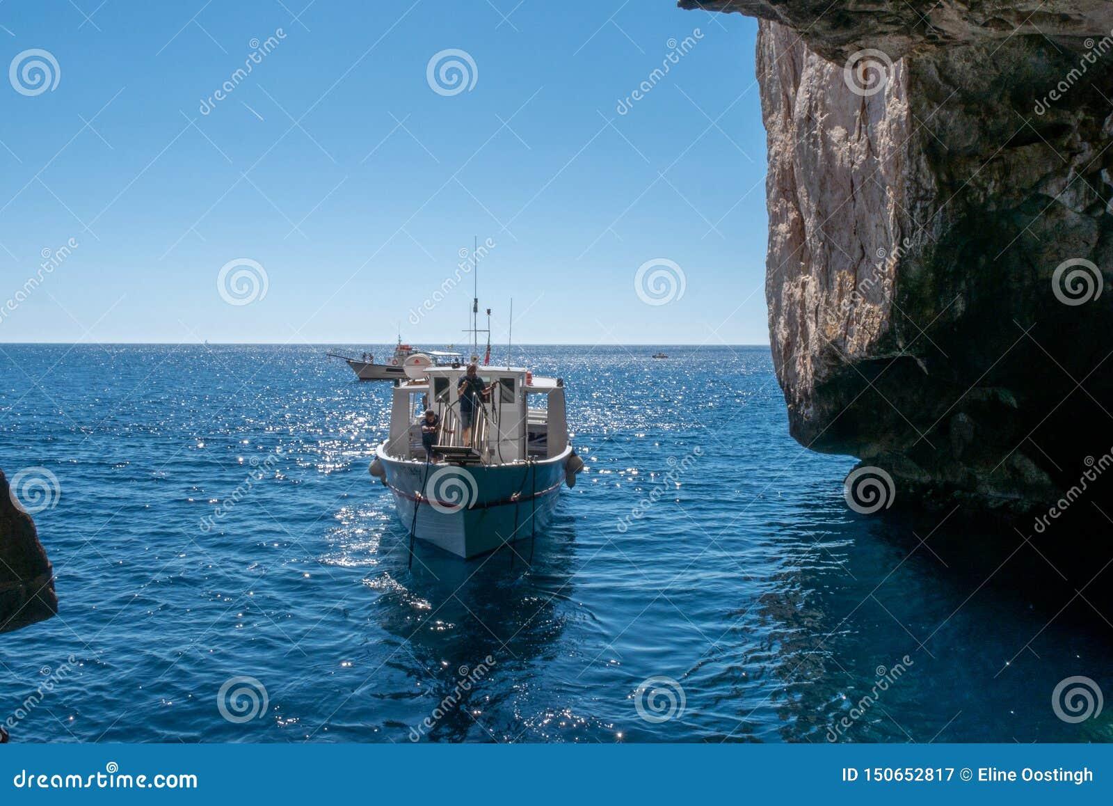 Voyage de bateau autour du grotta di nettuno