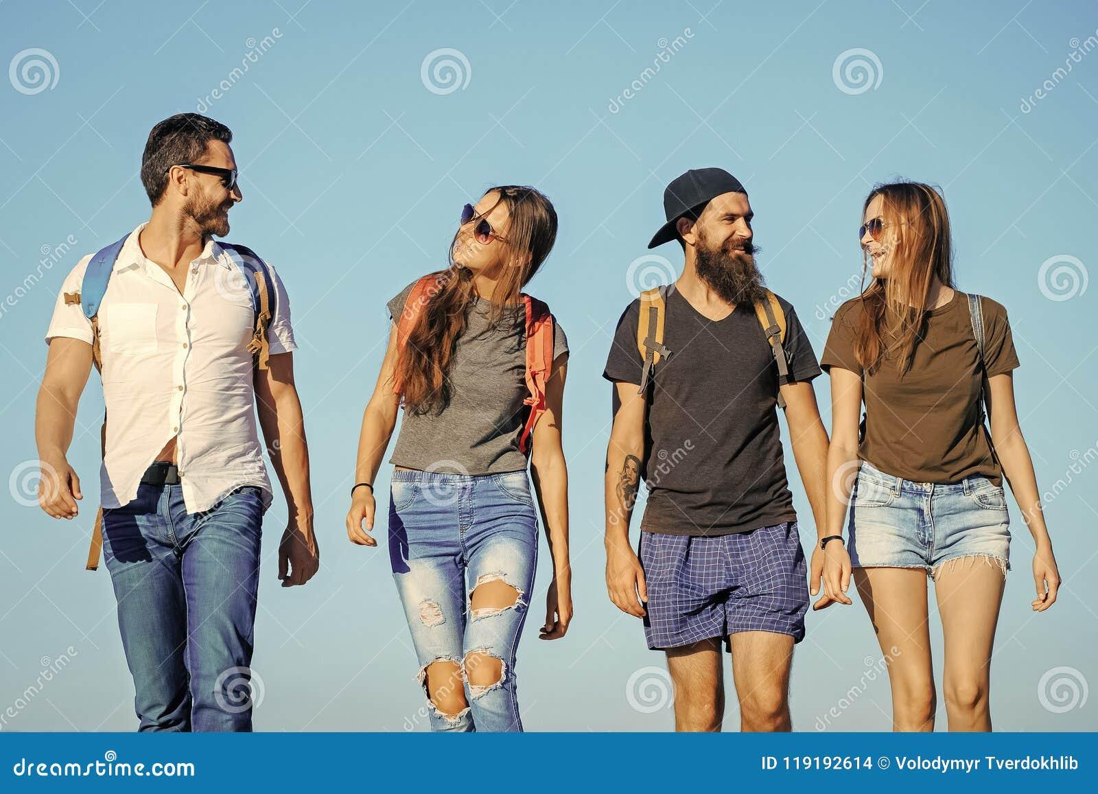 Voyage de vacances d envie de voyager de mode de vie augmentant les amis heureux sur le ciel bleu, envie de voyager