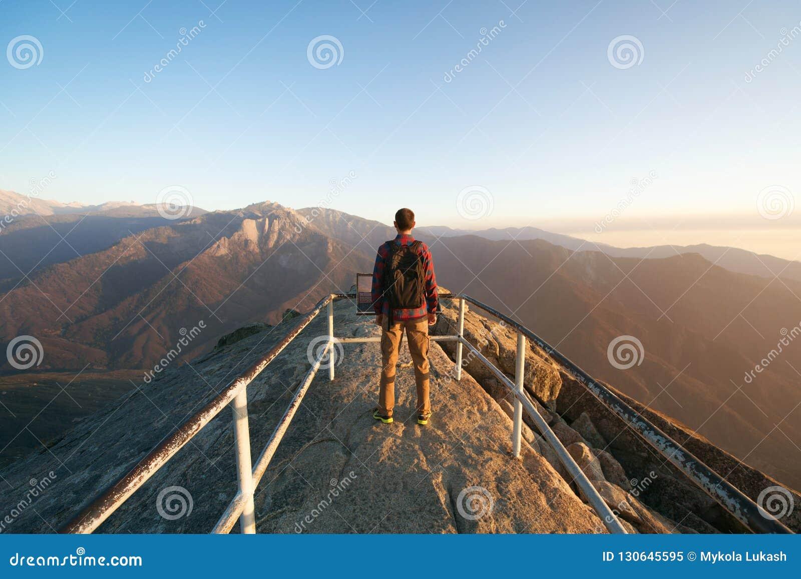 Voyage À National SéquoiaRandonneur D'homme De Le En Sac Parc Avec dexrWBCo
