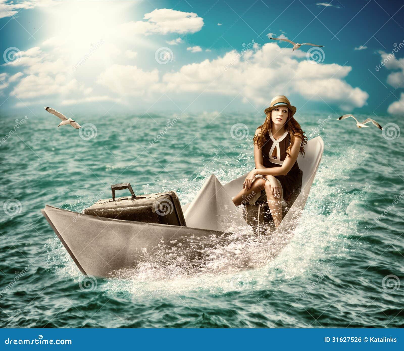 Voyage. Femme avec le bagage sur le bateau