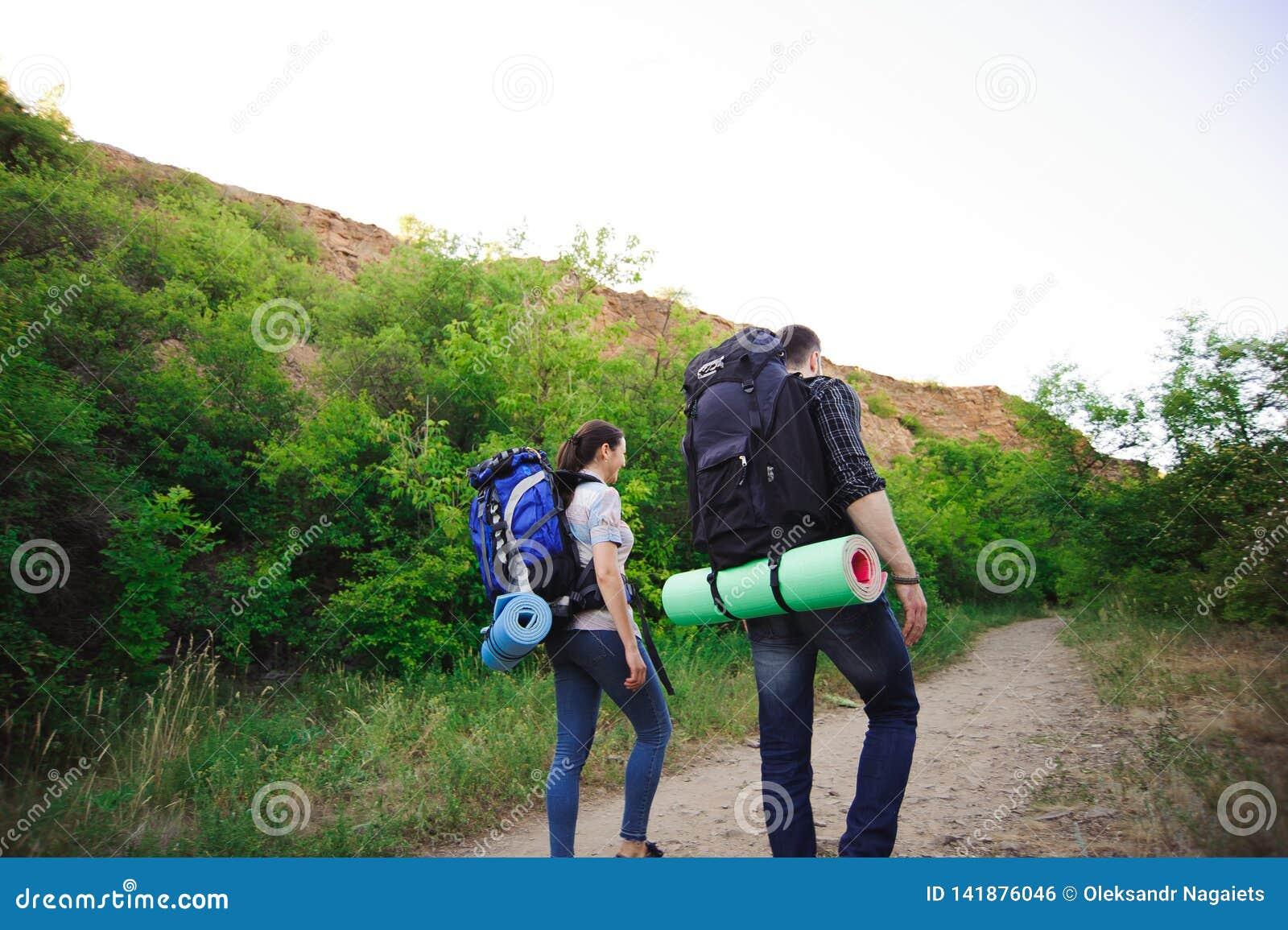 Voyageant le long des montagnes et la côte, la liberté et le concept actif de mode de vie