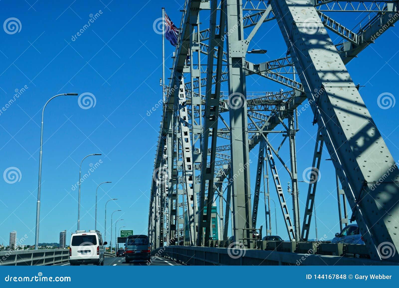 Voyageant sur le pont de port d Auckland, le Nouvelle-Zélande