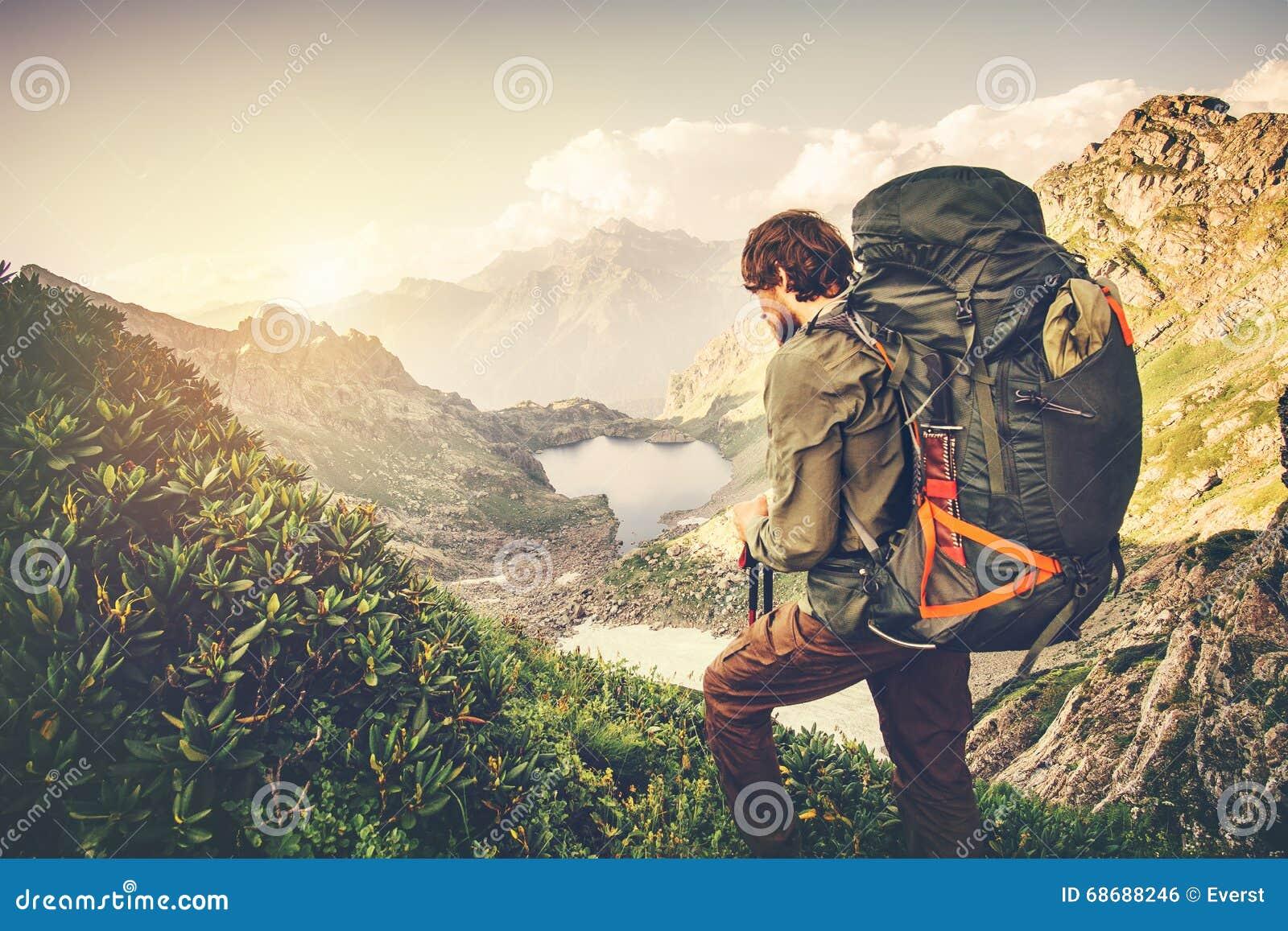 Voyageur d homme avec le grand concept de mode de vie de voyage d alpinisme de sac à dos