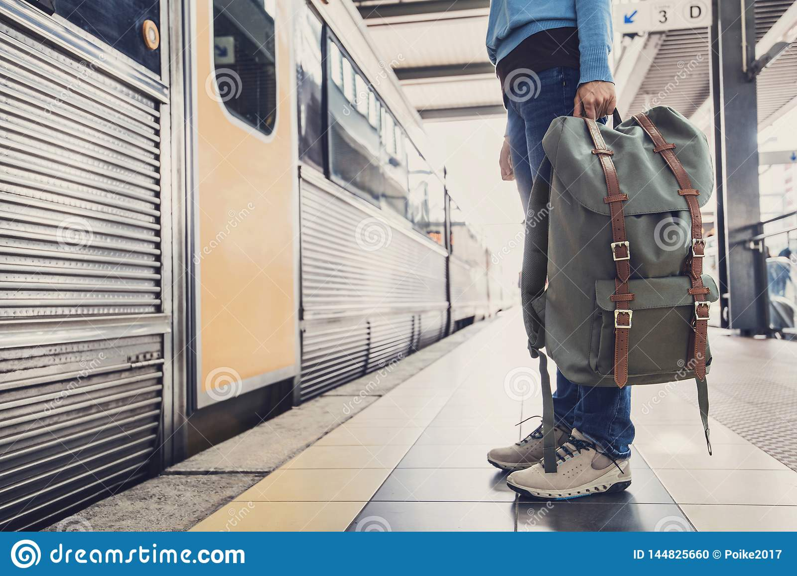 Voyageur de jeune femme attendant un train sur une gare, un voyage et un concept actif de mode de vie