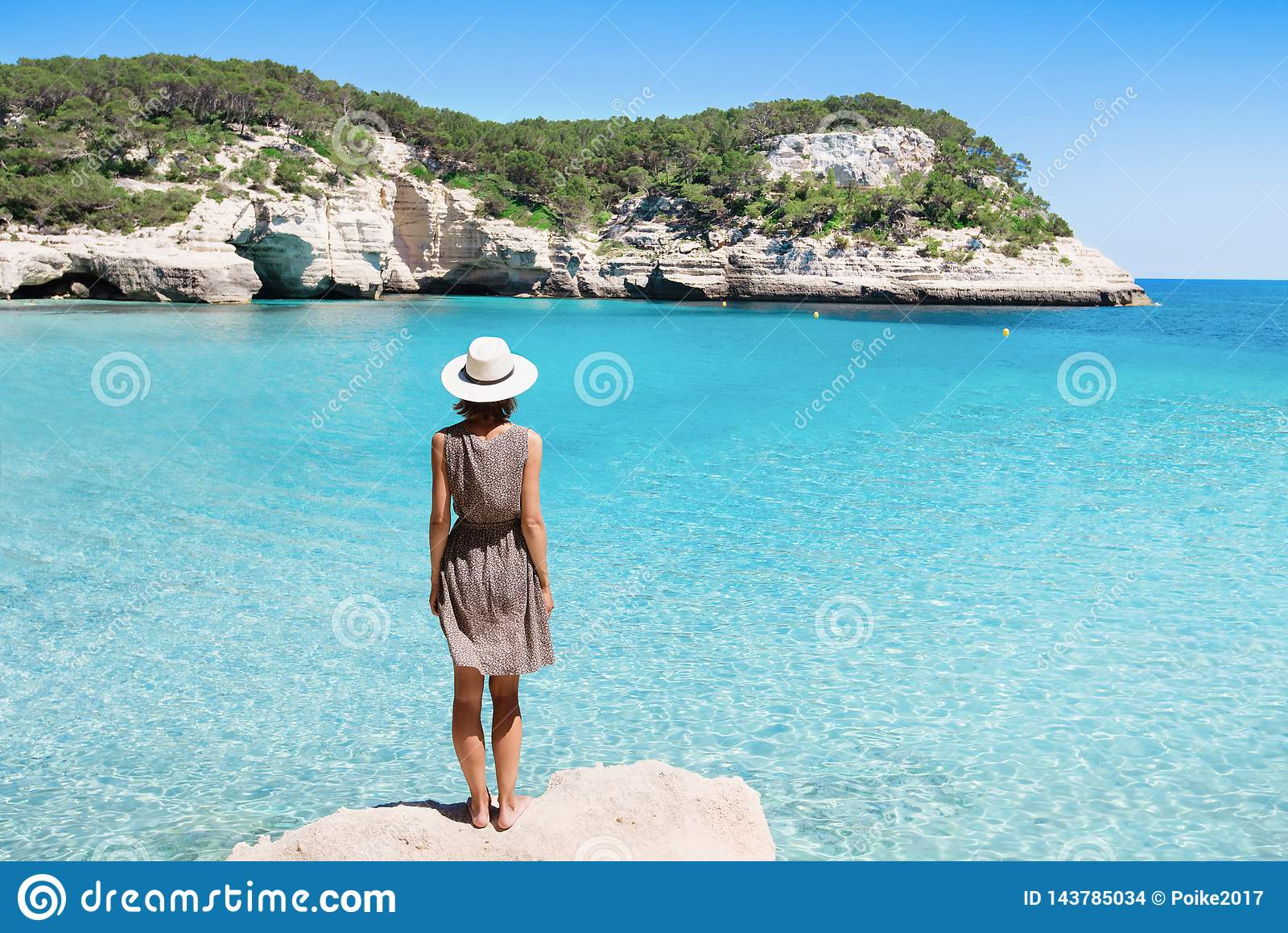 Voyageur de jeune femme regardant la mer, le voyage et le concept actif de mode de vie Concept de relaxation et de vacances