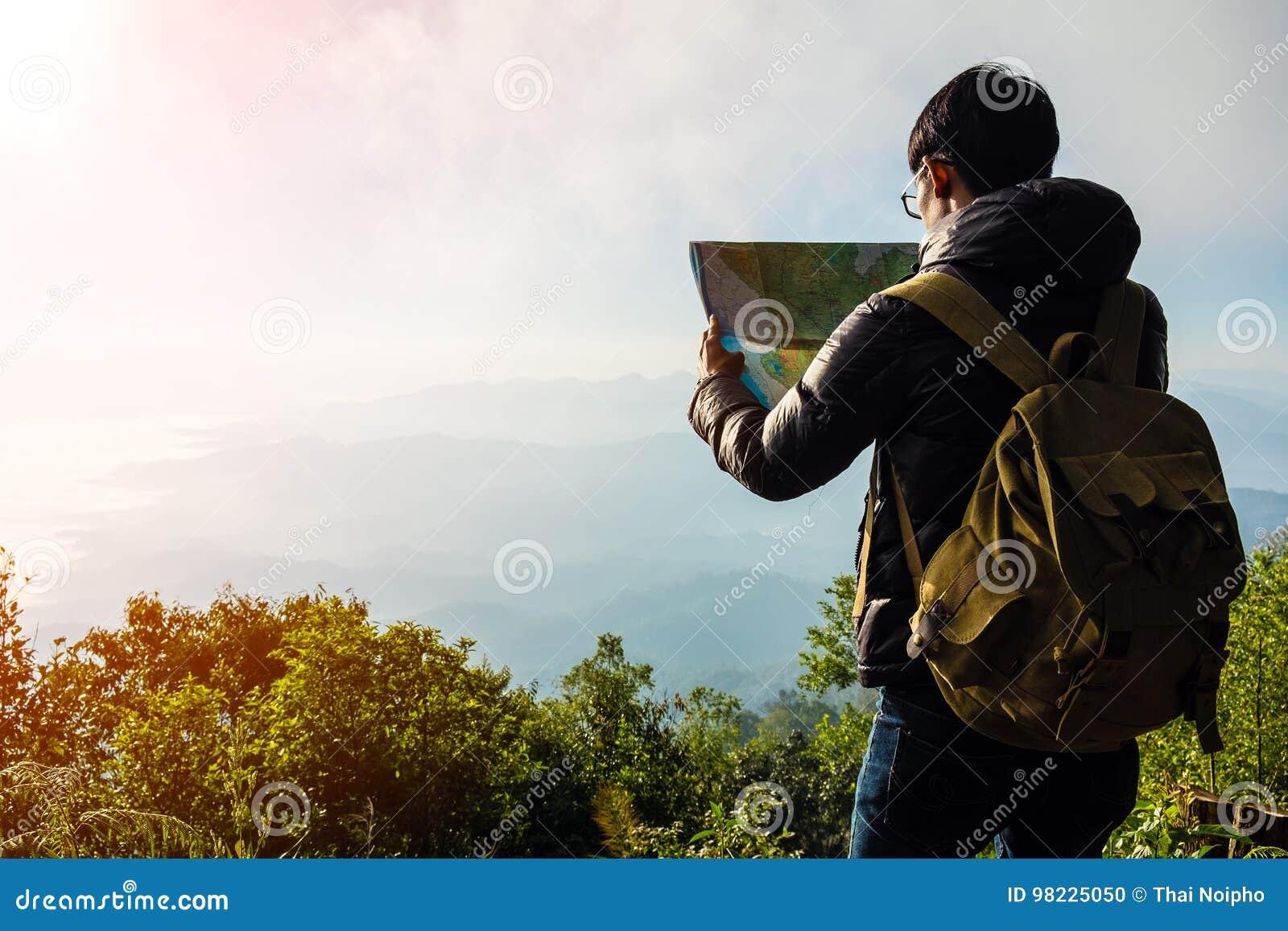 Voyageur de jeune homme avec la détente de sac à dos de carte extérieure