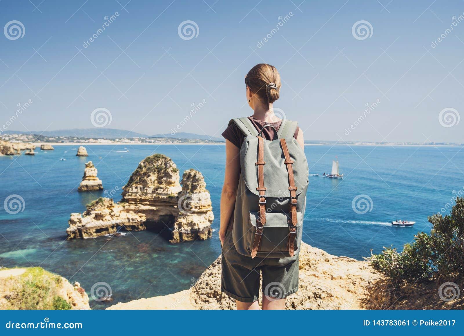 Voyageur féminin regardant la mer dans la ville de Lagos, région d Algarve, Portugal voyage et concept actif de mode de vie