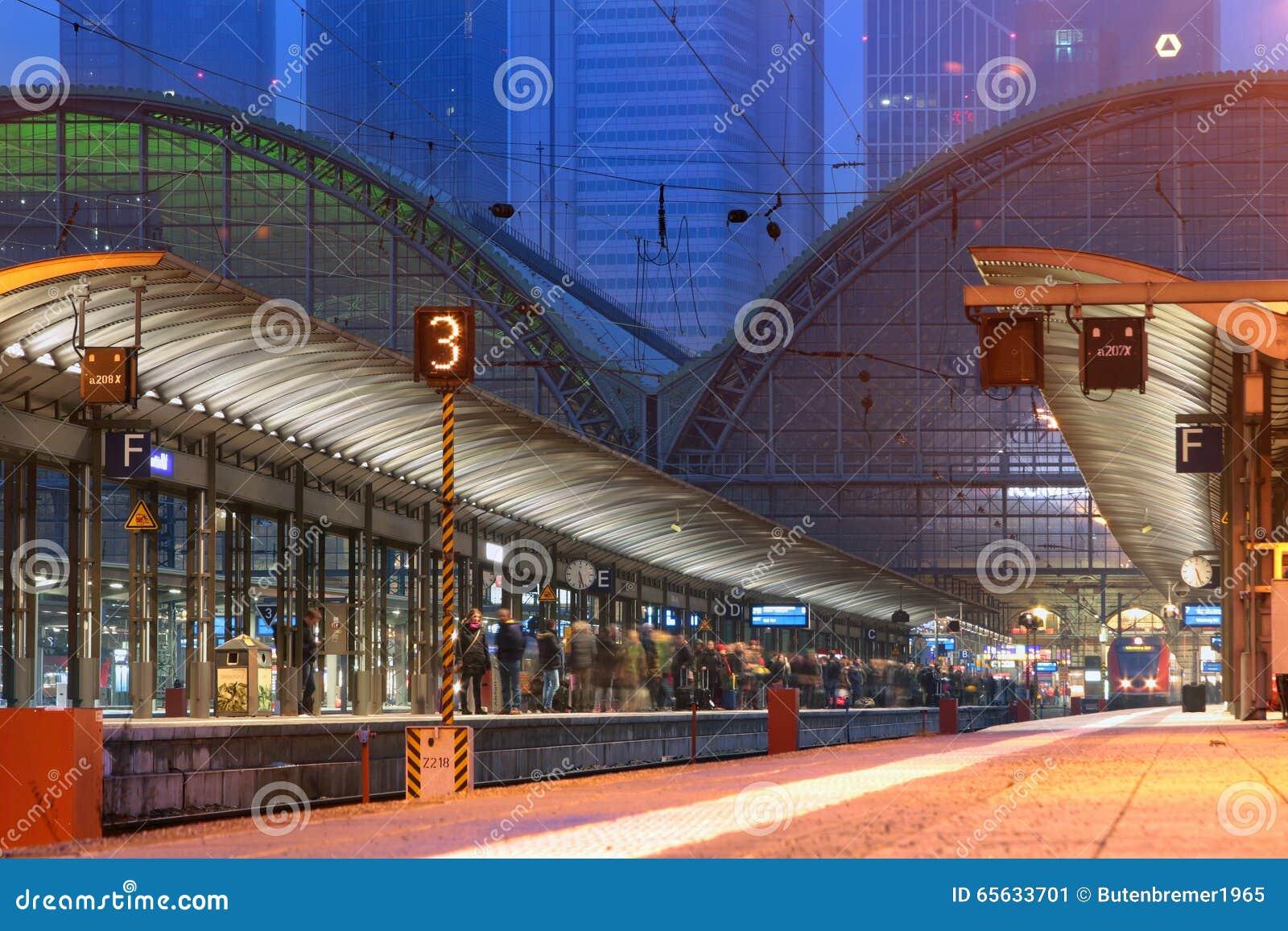 Voyageurs ferroviaires attendant leur train à la gare ferroviaire de central de Francfort