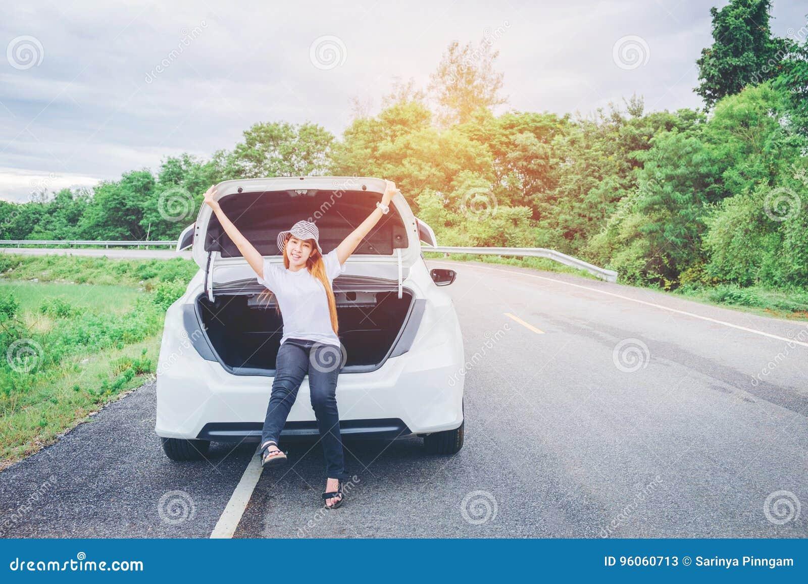 Voyageuse heureuse décontractée de femme des vacances de promenade en voiture d été sur le hatc