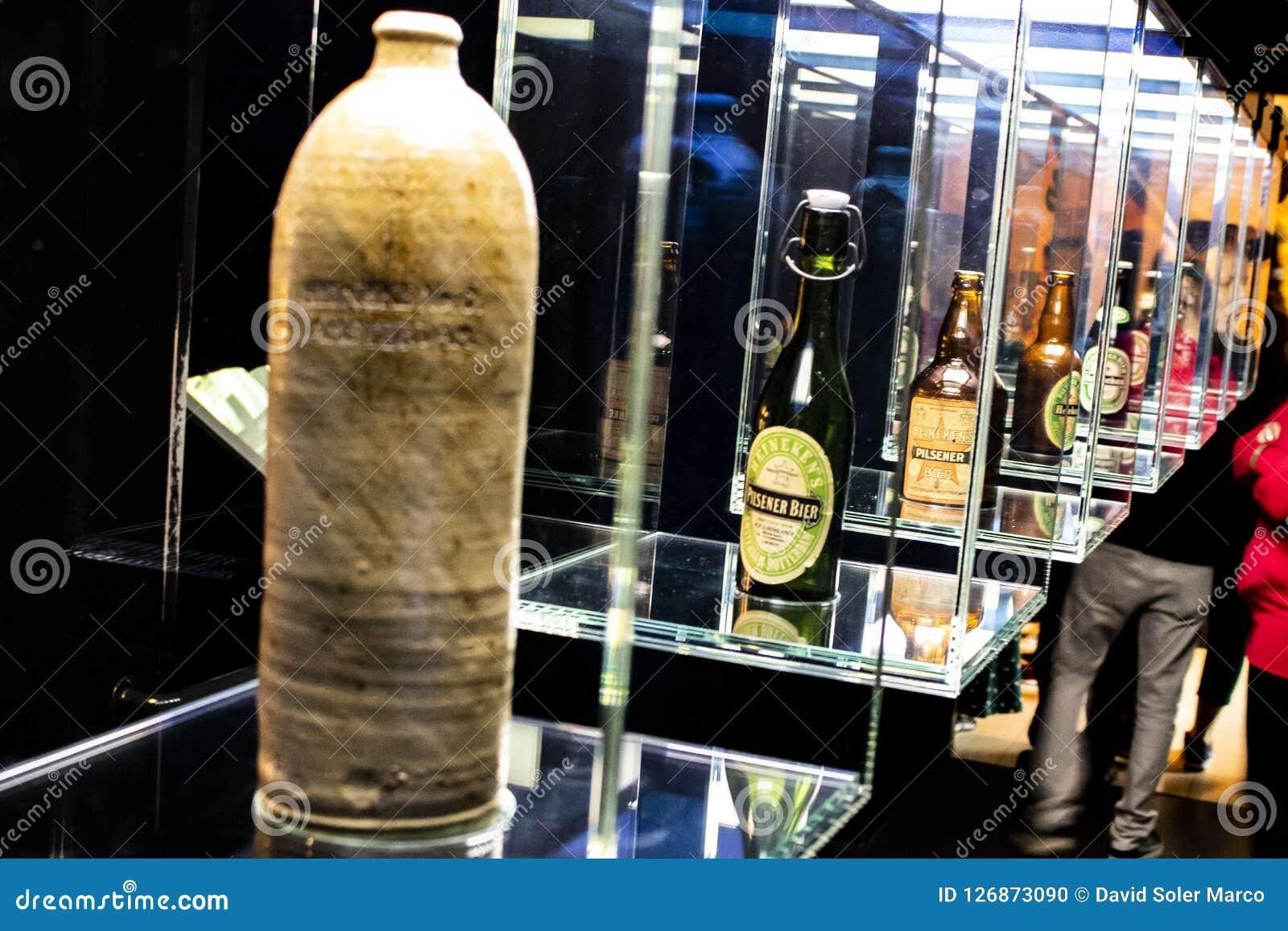 Voyagez par l histoire des bouteilles de Heineken, bouteilles de toutes les années