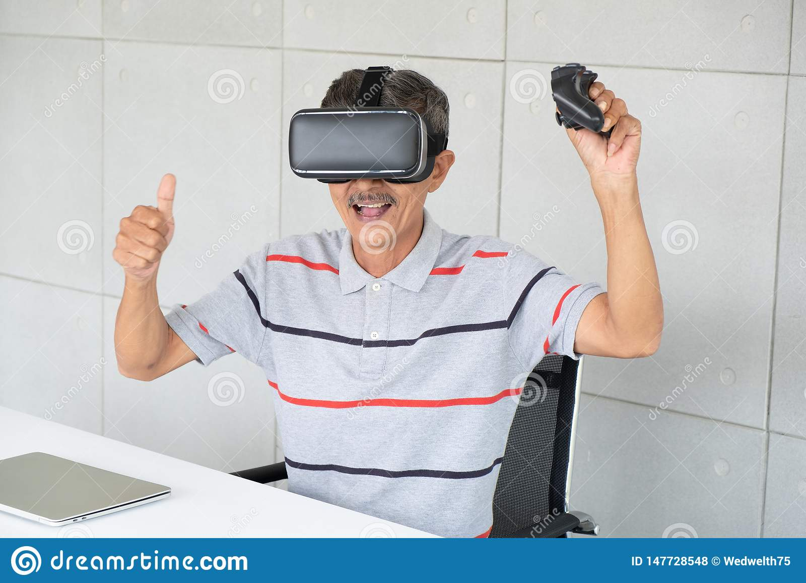 Vr虚拟现实现实玻璃的老人与打比赛的