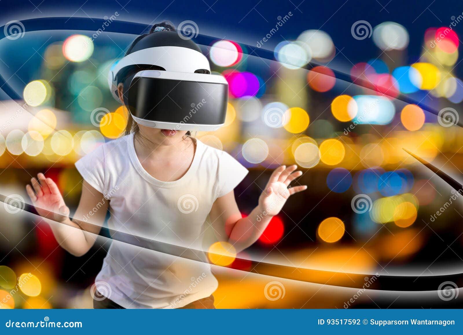 VR eller virtuell verklighetbegrepp som illustreras av asiatiskt bära för barn