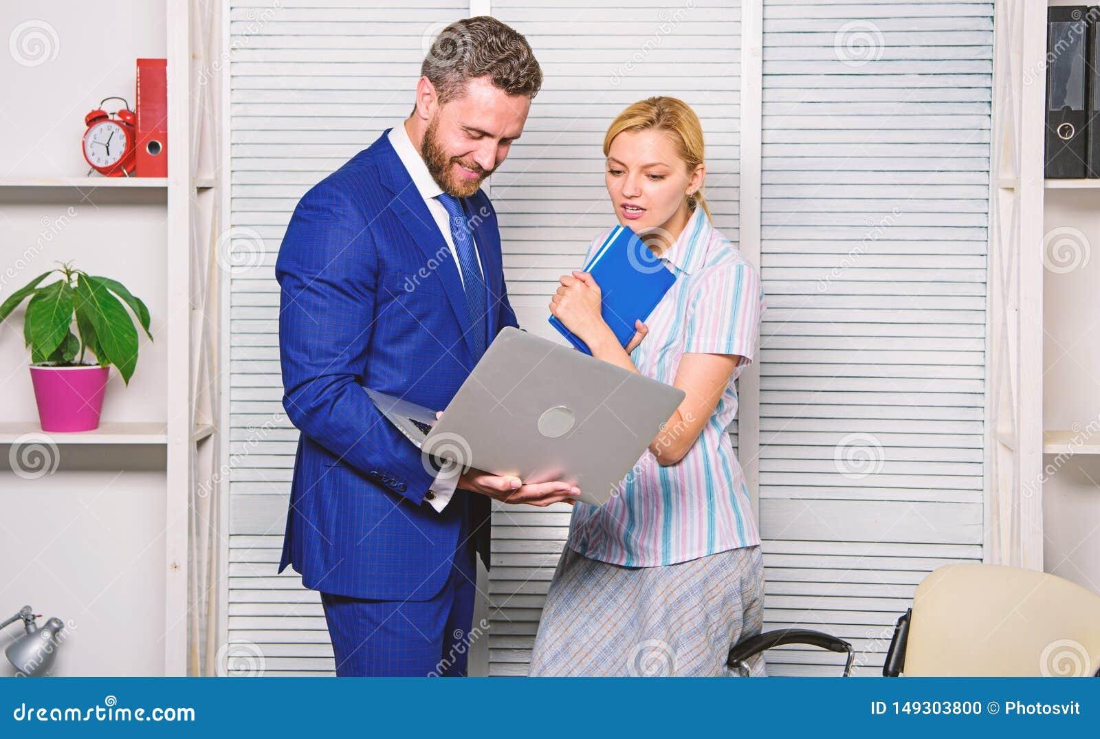 Vraag advies van collega Laptop die van de zakenmangreep Internet surfen Werkgever en secretaresse of hulp het werklaptop
