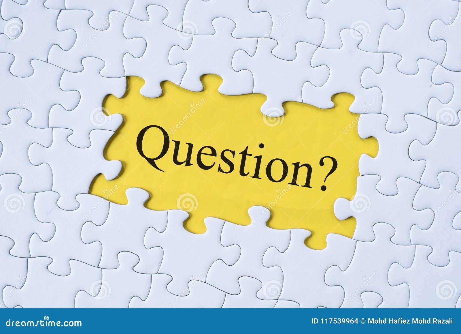Vraagwoord op puzzel met gele achtergrond
