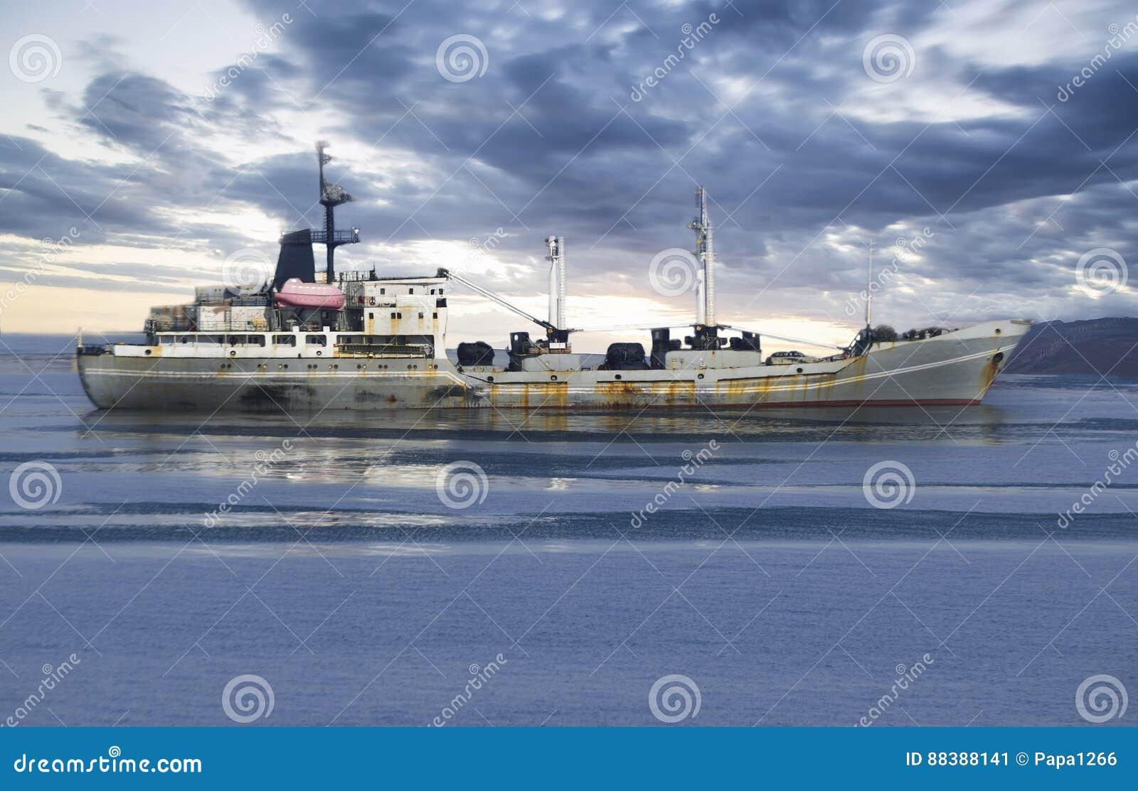 Vrachtschip in de oceaan