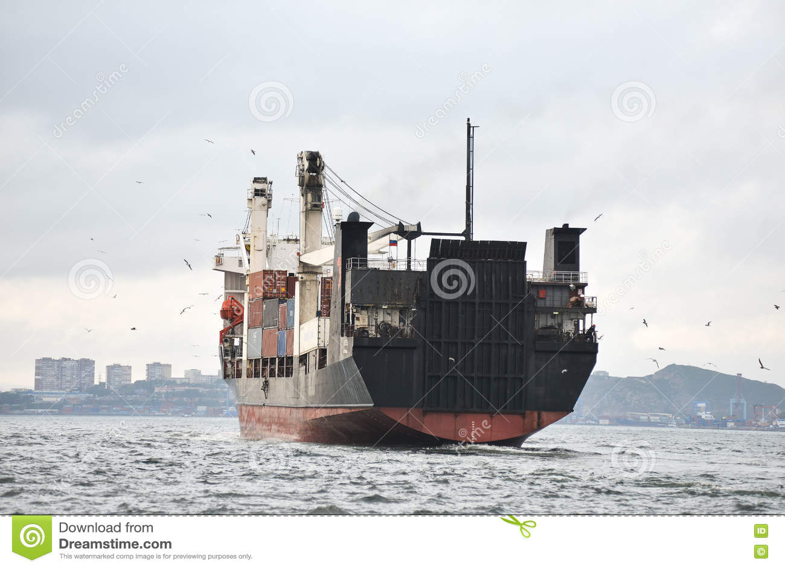 Vrachtschip in havenemblemen en brandnames systematisch verwijderd