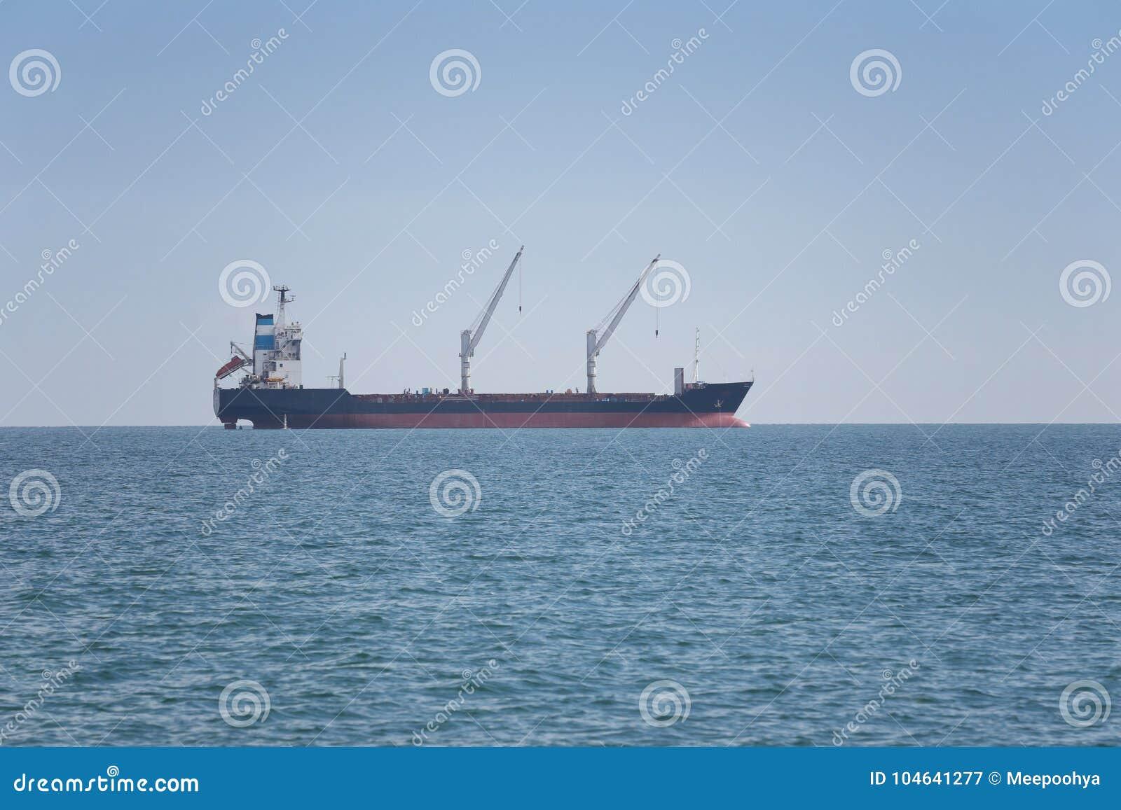 Download Vrachtschip In Het Overzees Stock Afbeelding - Afbeelding bestaande uit globaal, carrier: 104641277