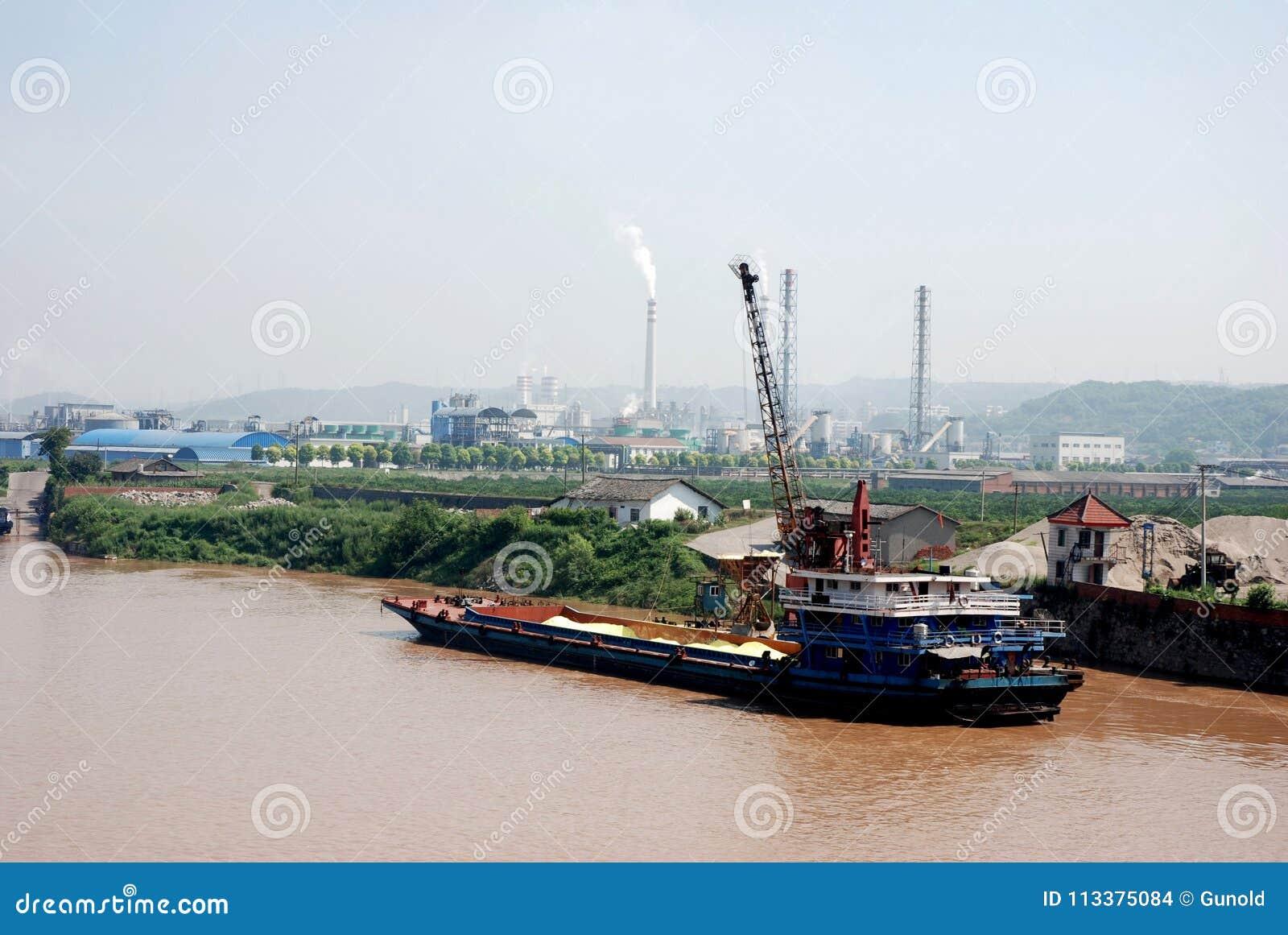 Vrachtschip met zand bij de bank van Yangtze-rivier