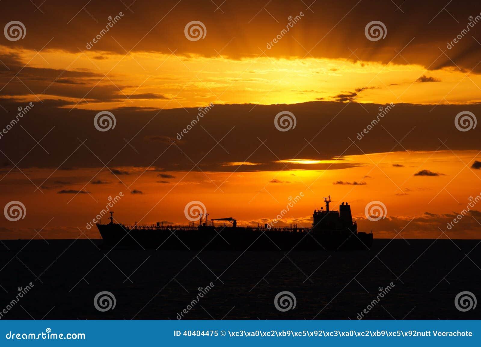 Vrachtschip onder de zonsondergang