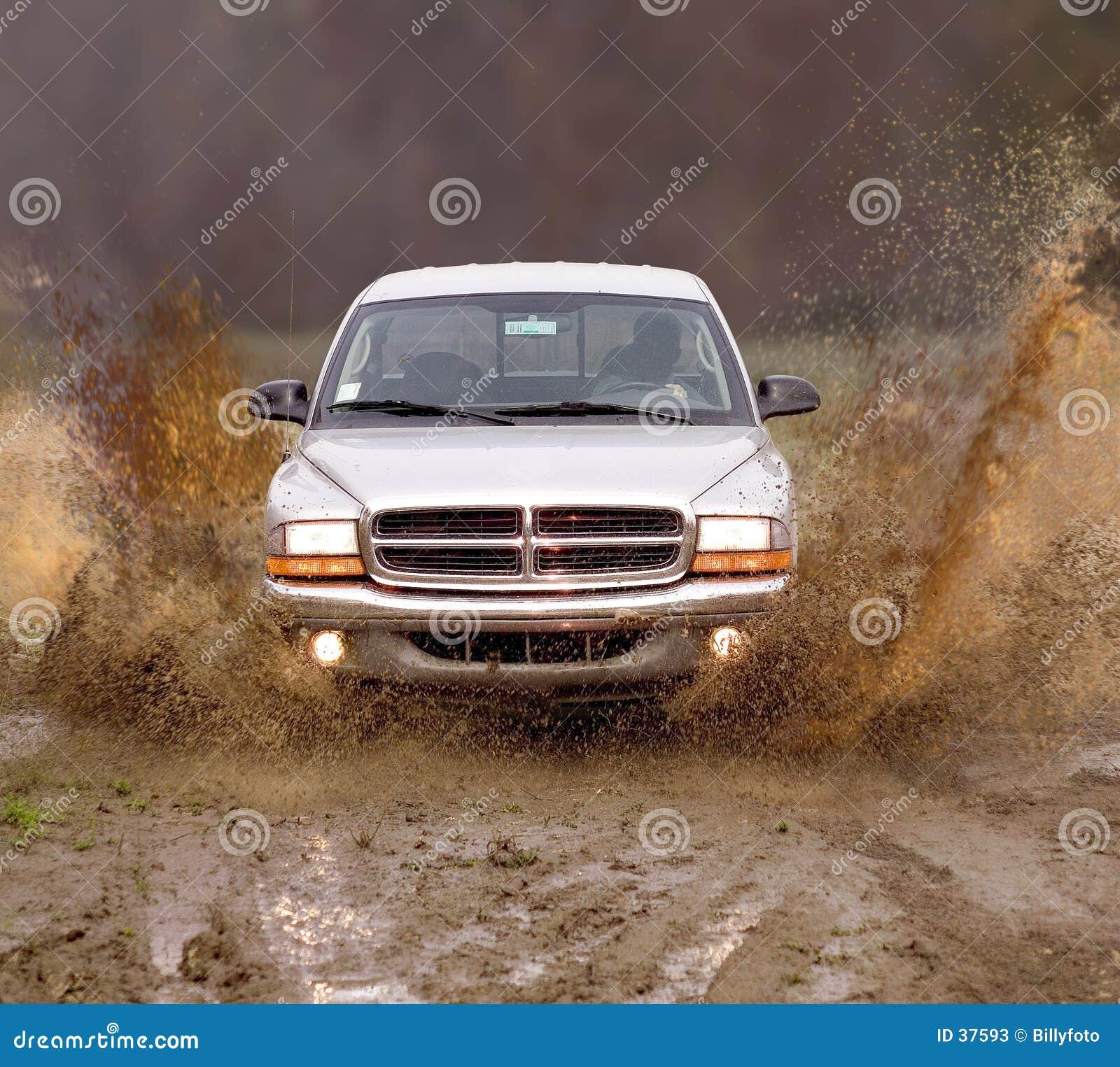 Vrachtwagen in de modder