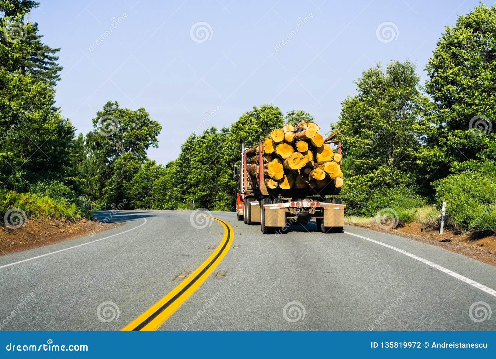 Vrachtwagen het vervoeren registreert dichtbij Redding, Californië