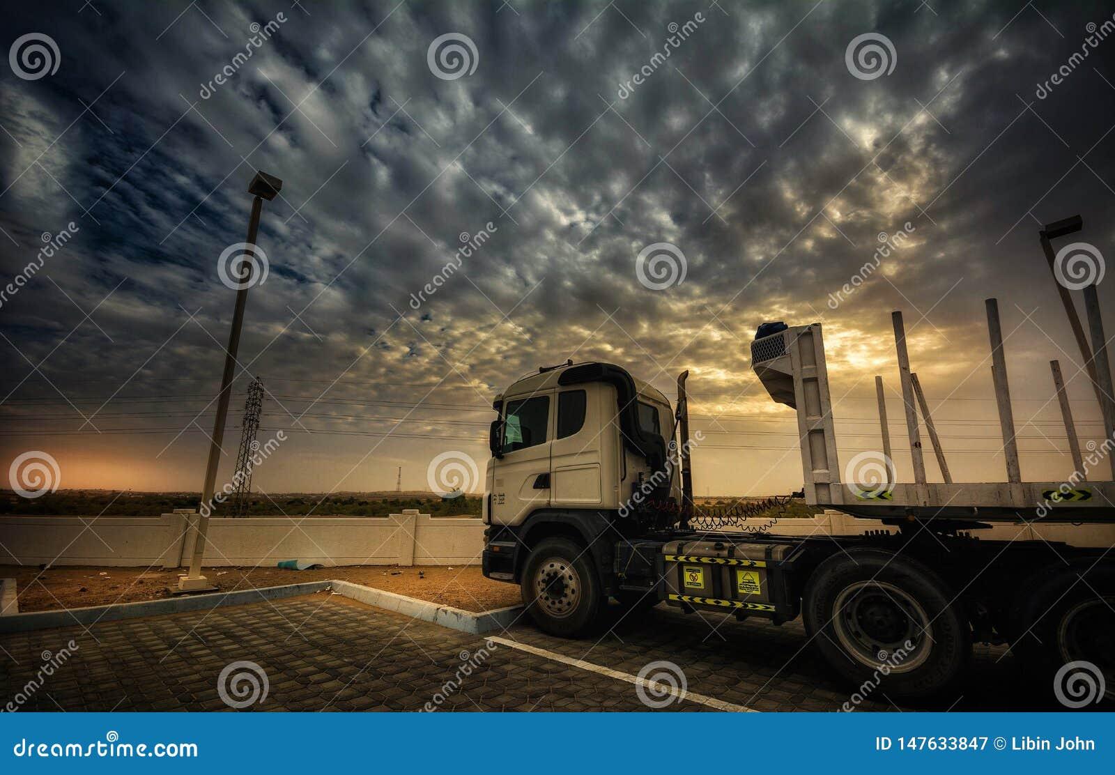 Vrachtwagen op zonsondergang