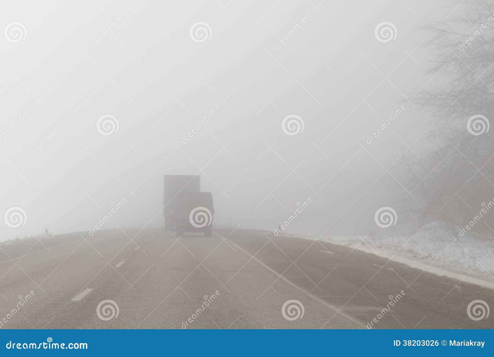 Vrachtwagens op een mistige weg