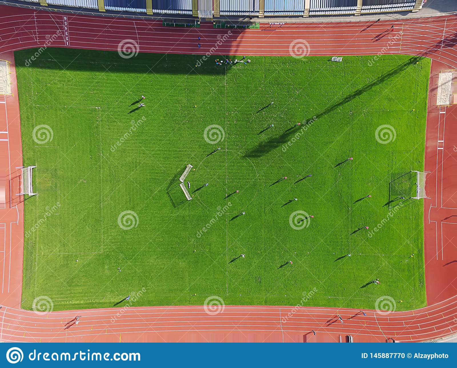 Vrai terrain de football - dessus en bas de vue aérienne
