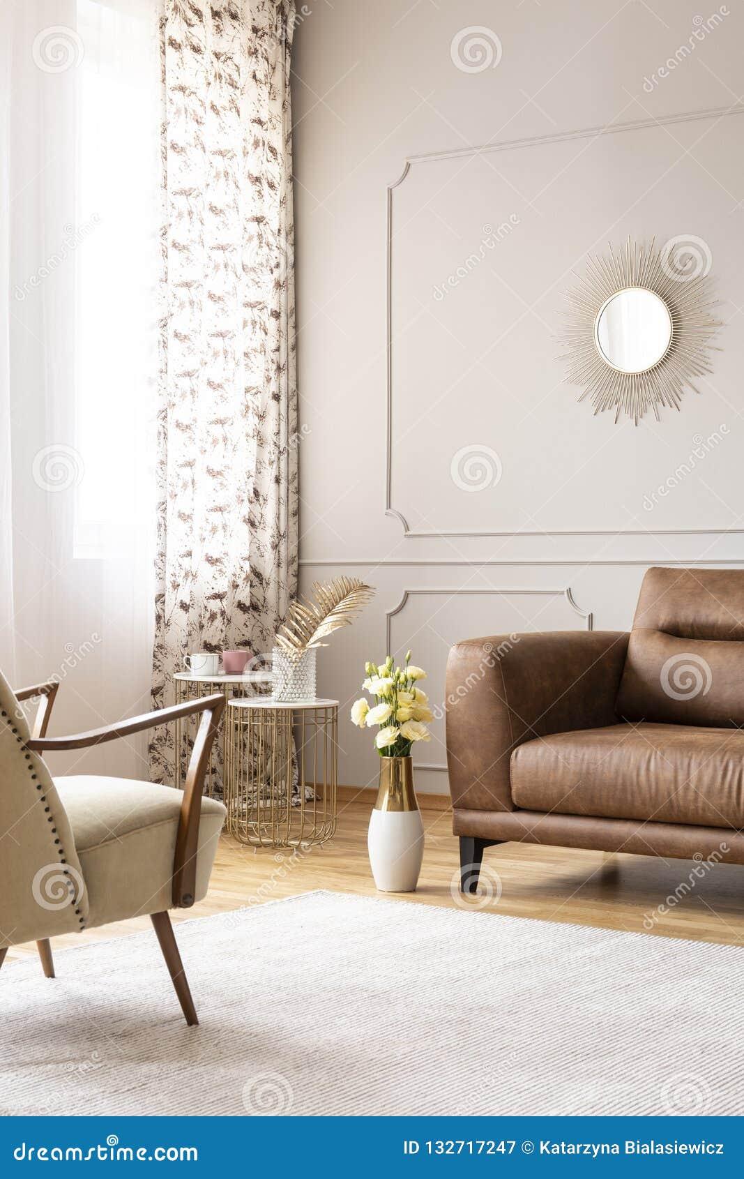 Vraie Photo D\'intérieur De Salon Avec Le Tapis Blanc, La Fenêtre ...