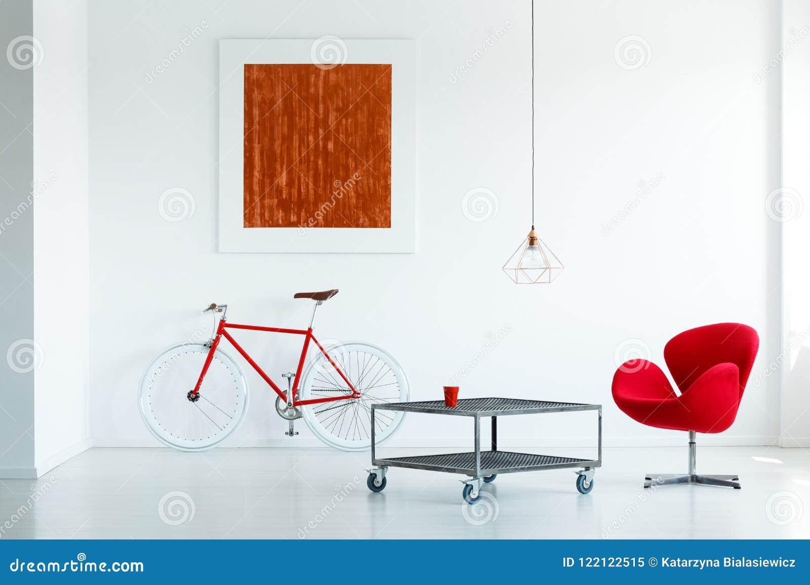 Vraie photo d un fauteuil rouge se tenant à côté d une table en métal sur W