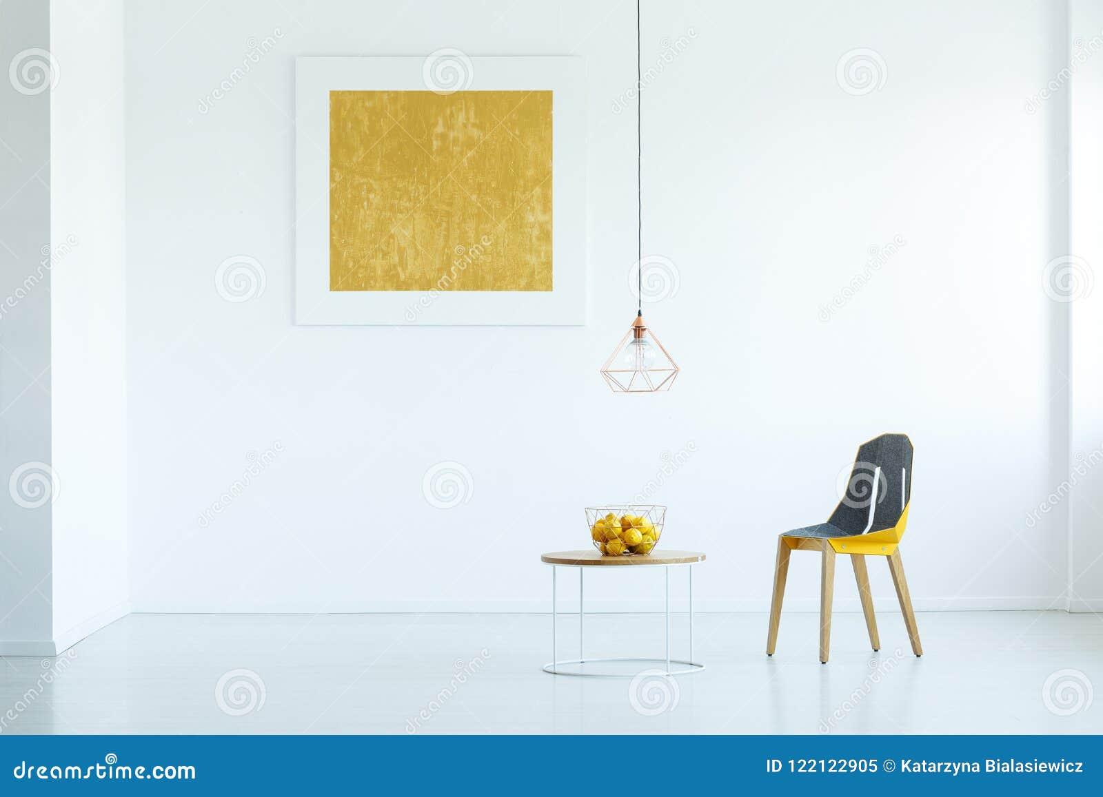 Vraie photo d une chaise se tenant à côté d une table avec le fruit dans le whi