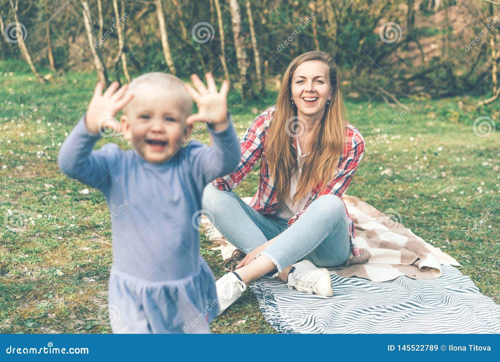 Vraies émotions de joie dans le jour de mère