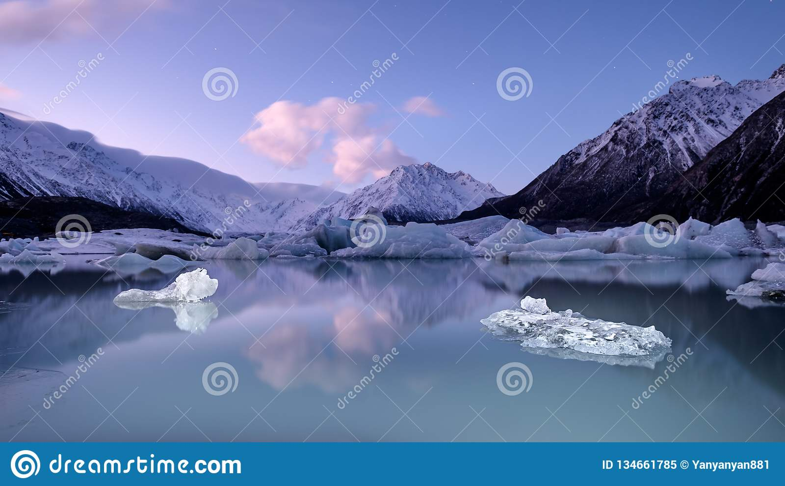 Vreedzaam landschap van ijs, gletsjer, meer en sneeuwberg in Nieuw Zeeland