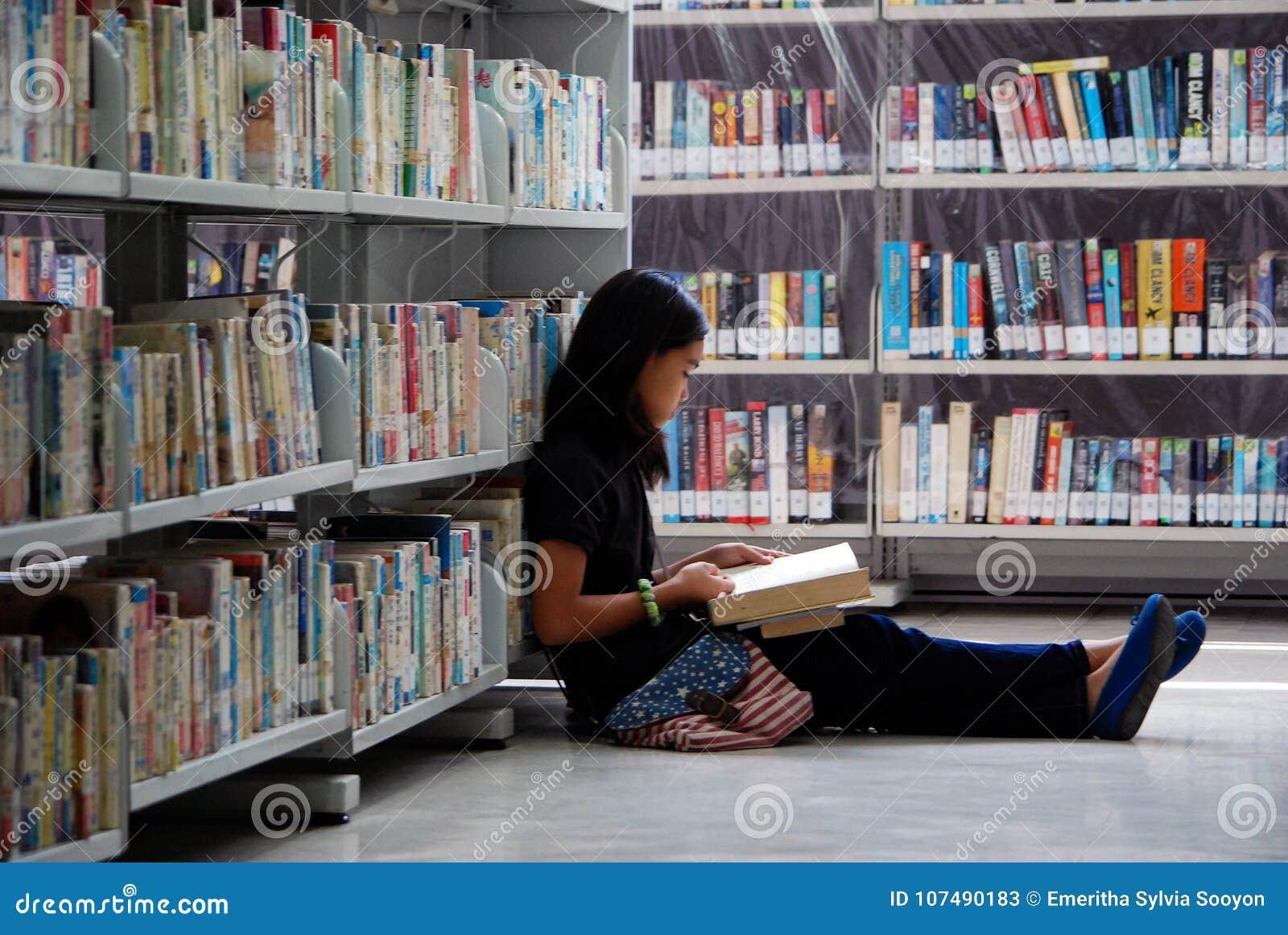 Vreedzaam lezend in de bibliotheek