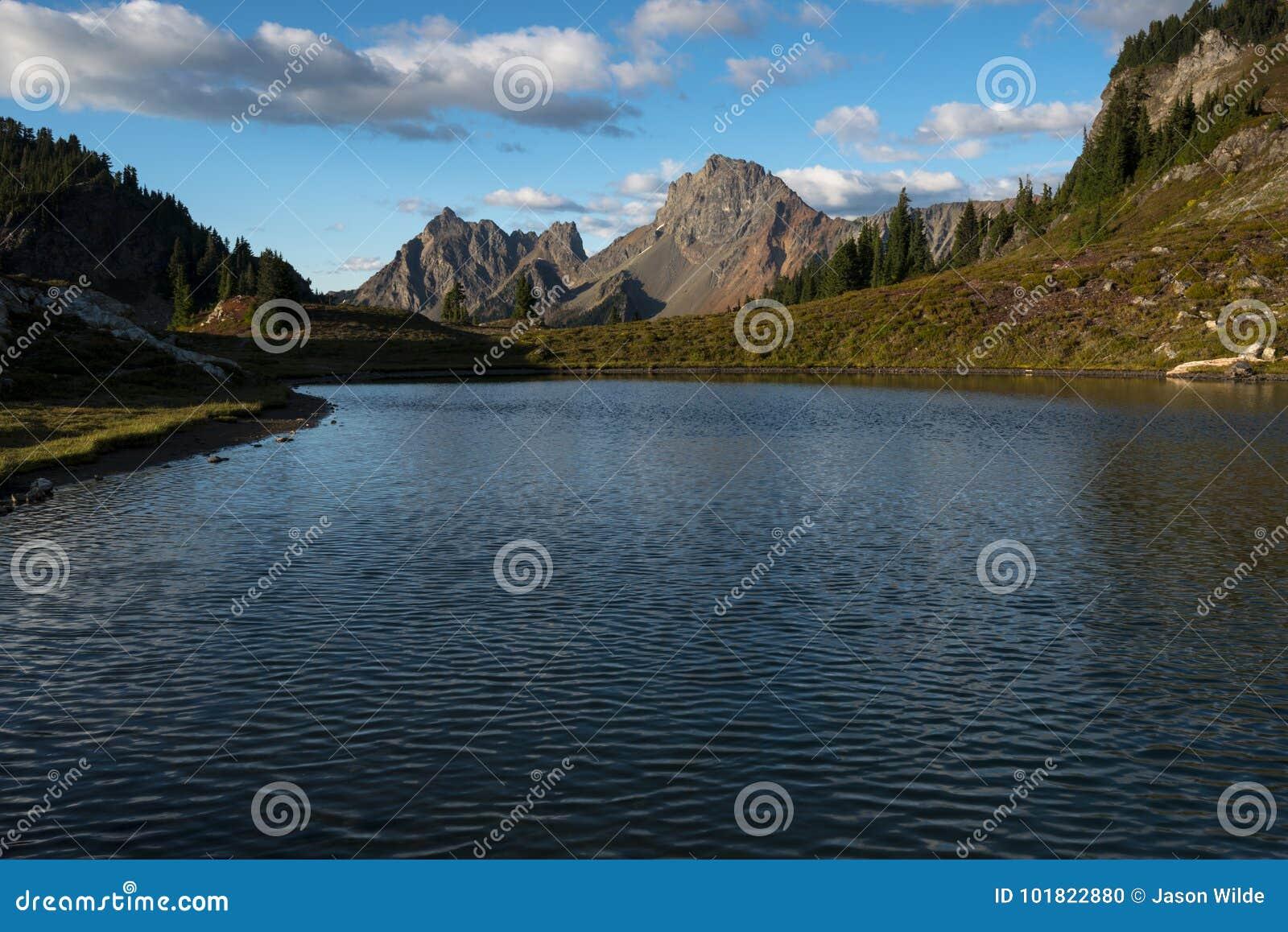 Vreedzame Noordwesten de Bergen van het Achtergrond wandelingslandschap Nachthemel