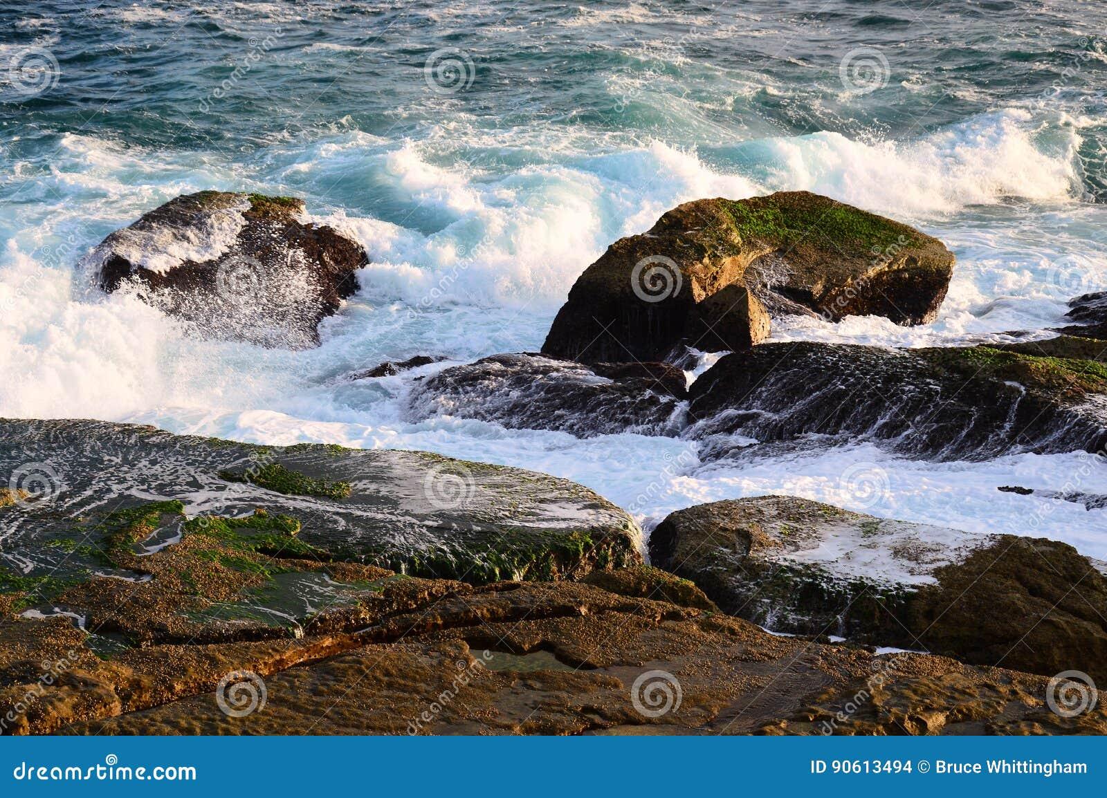 Vreedzame Oceaangolven op Rotsen