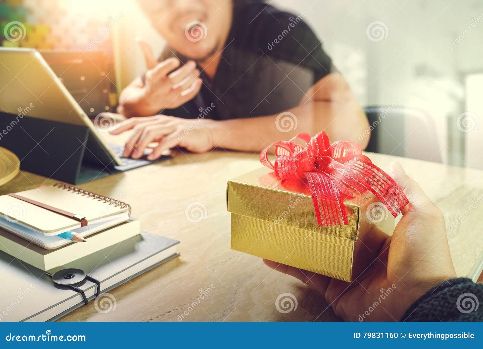 Vreugde van het Geven van Kerstmis bedrijfs creatieve ontwerperhand die zijn collega geven