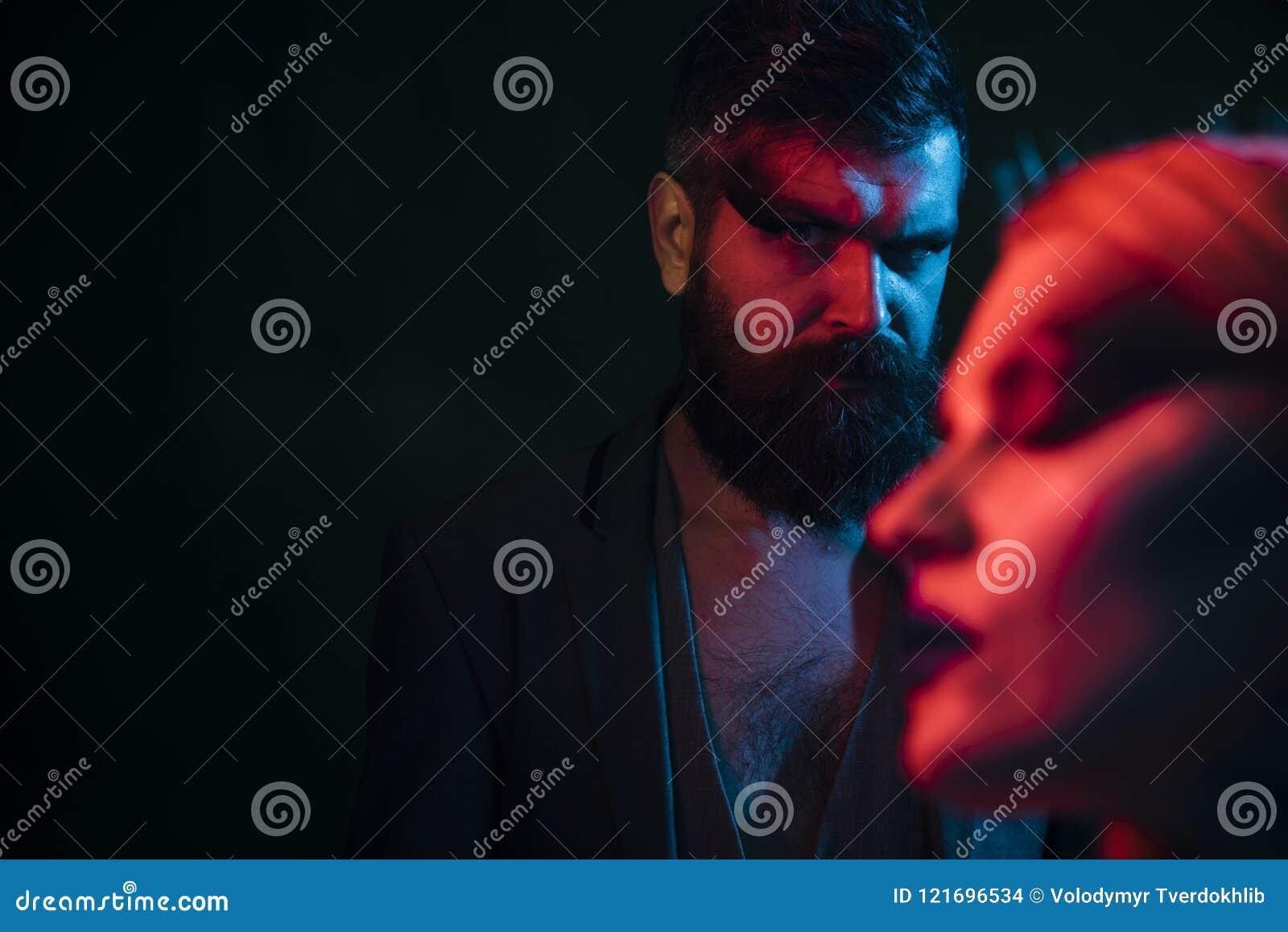 Vriendconcept Vriend met baard en make-up Gebaarde vriend met vaag vrouwengezicht in voorgrond boyfriend