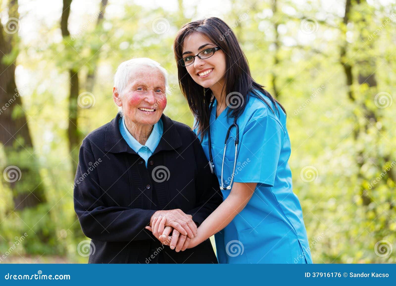 Vriendelijke Hogere Dame met Verpleegster