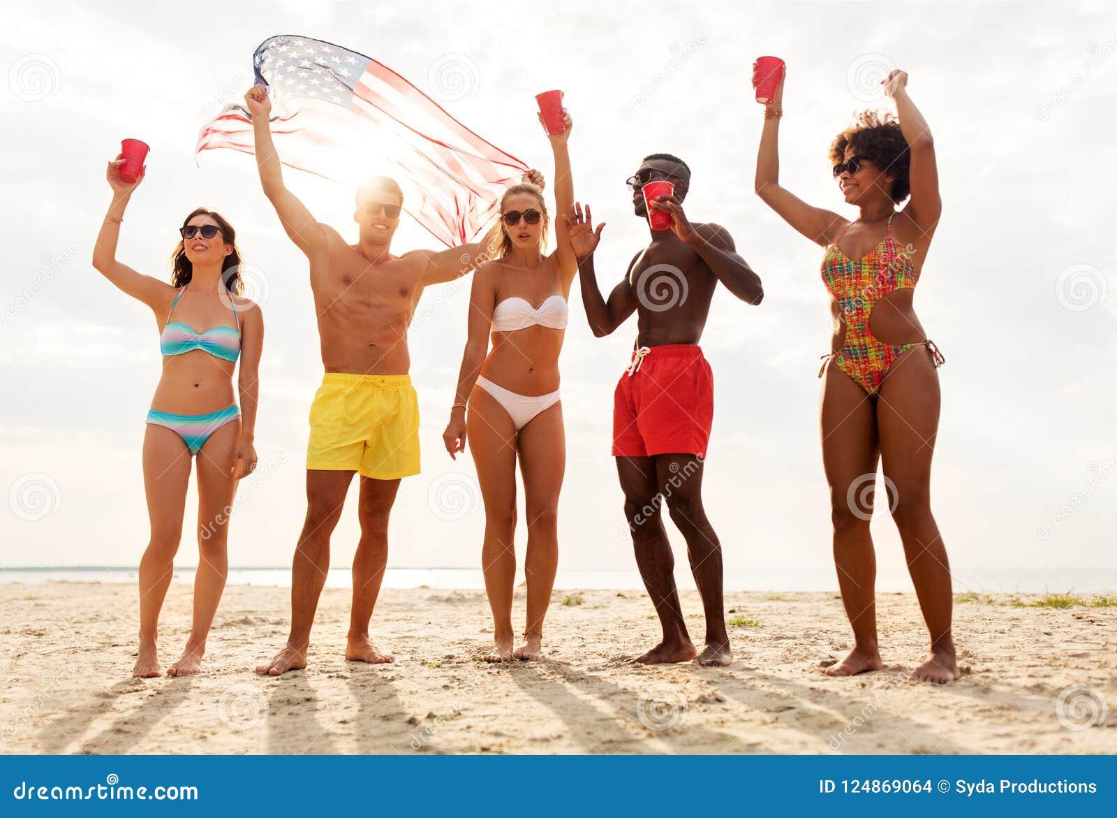 Vrienden bij Amerikaanse het strandpartij van de onafhankelijkheidsdag