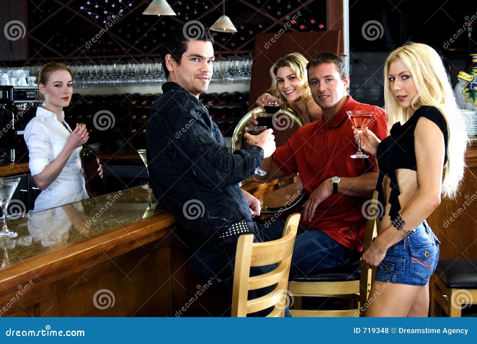 Vrienden bij de bar