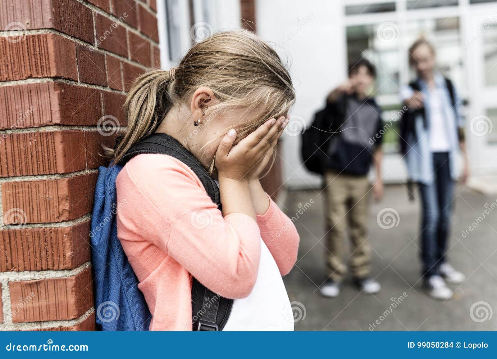 Vrienden bij een speelplaats intimidatie over ander meisje in voorgrond
