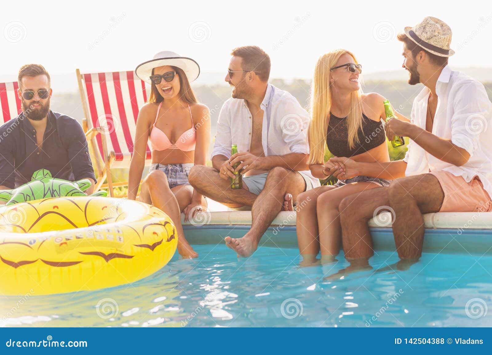 Vrienden bij een zwembadpartij