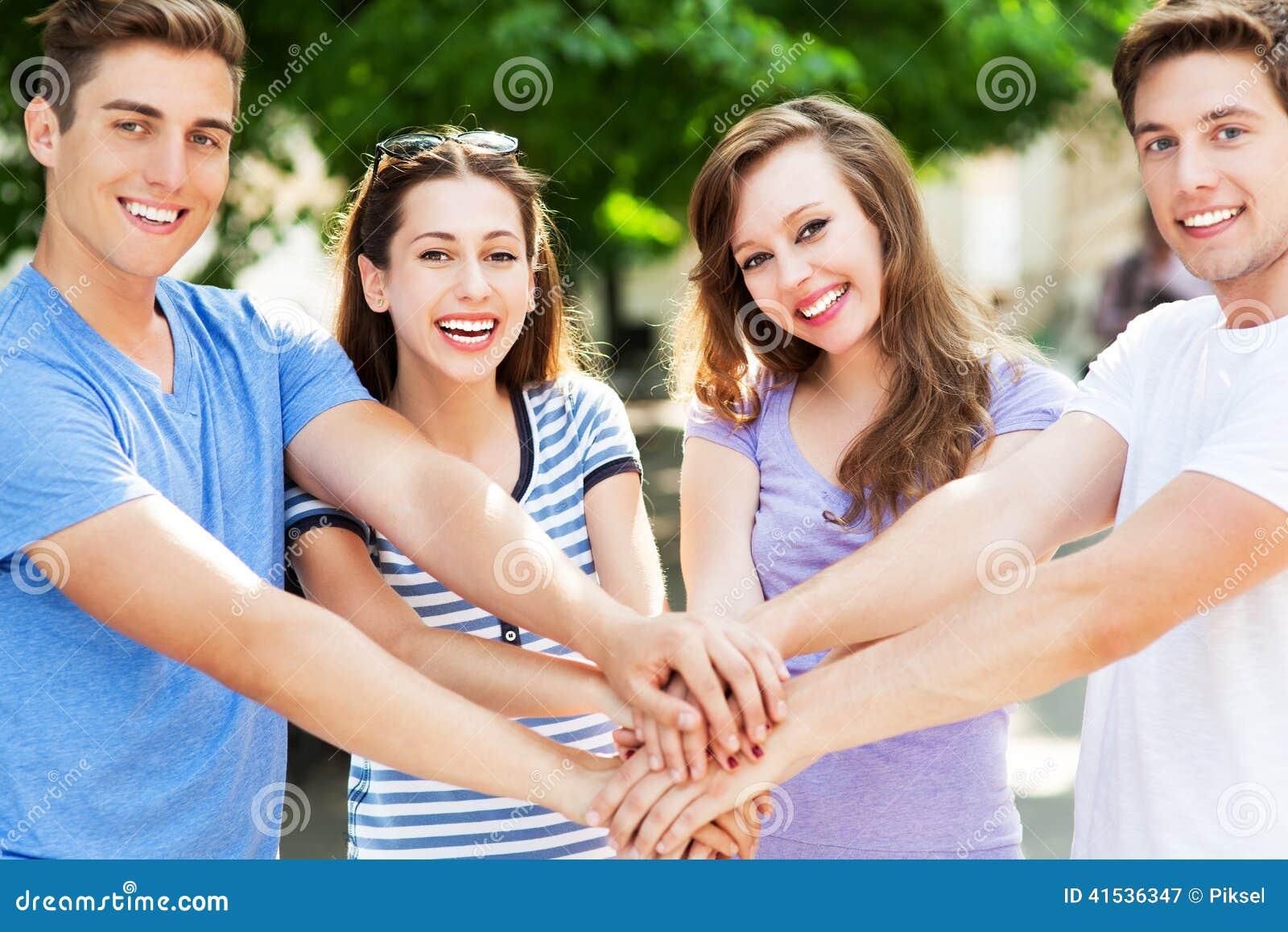 Vrienden die bij handen aansluiten zich