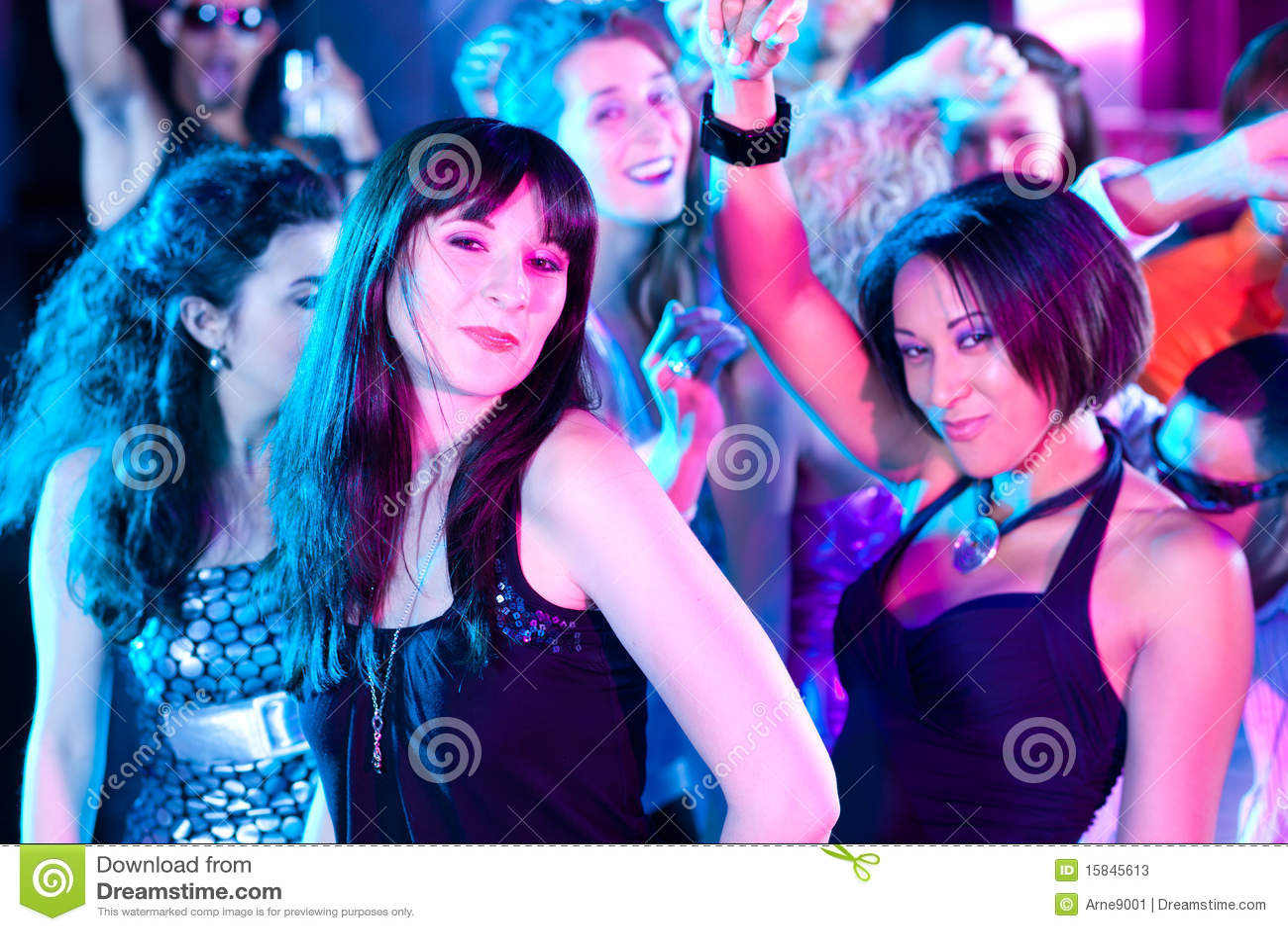 Vrienden die in club of disco dansen