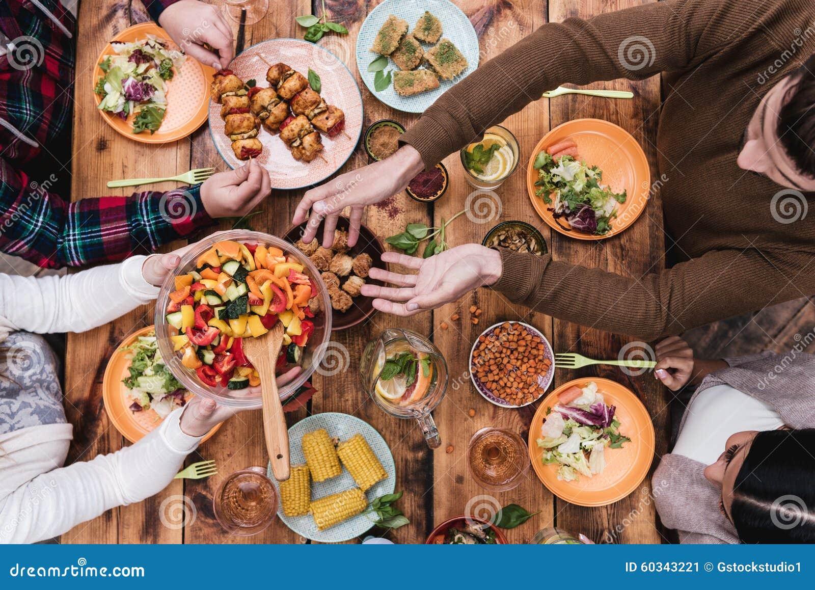 Vrienden die Diner hebben