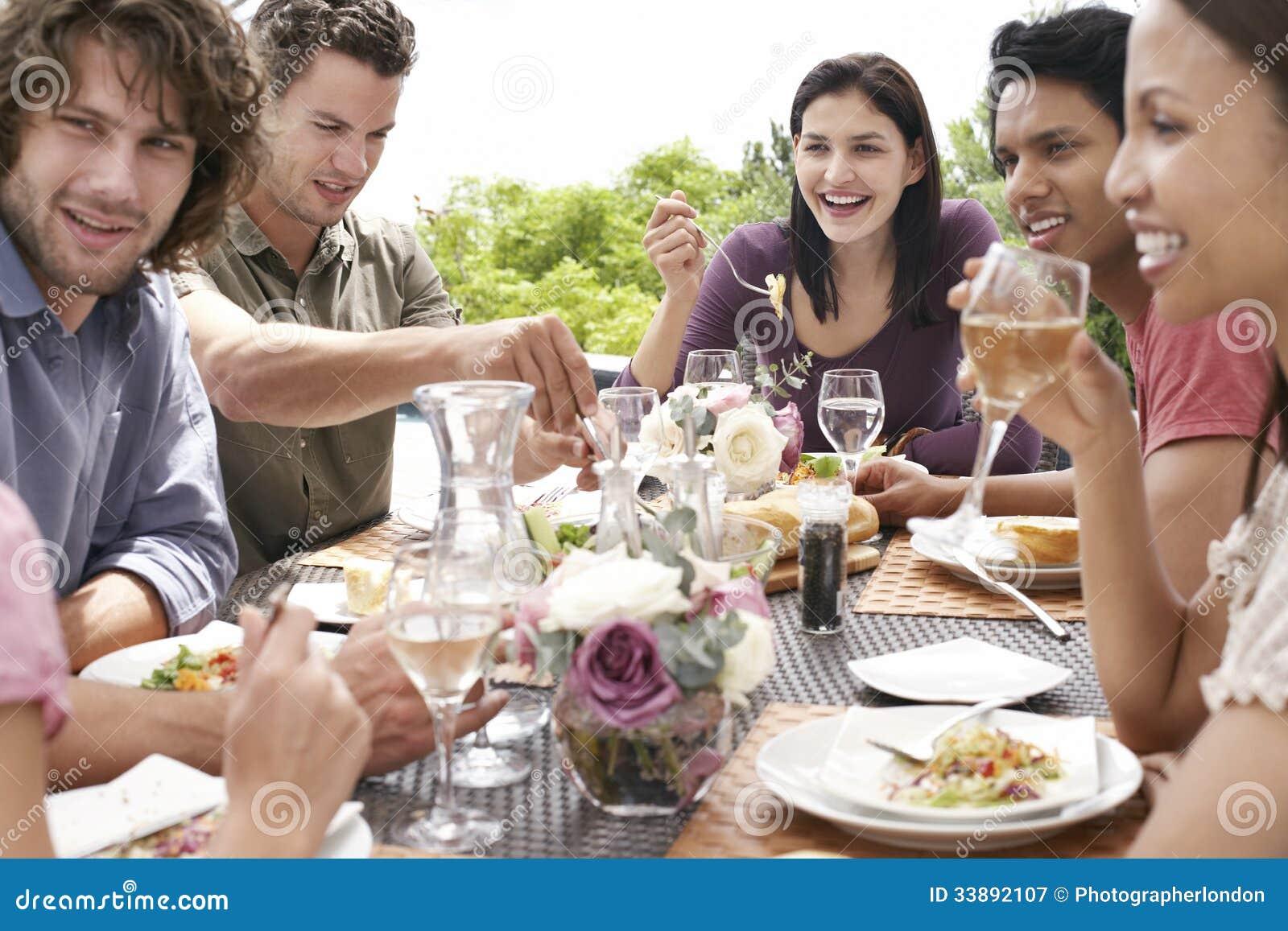 Vrienden die Diner van Partij in openlucht genieten