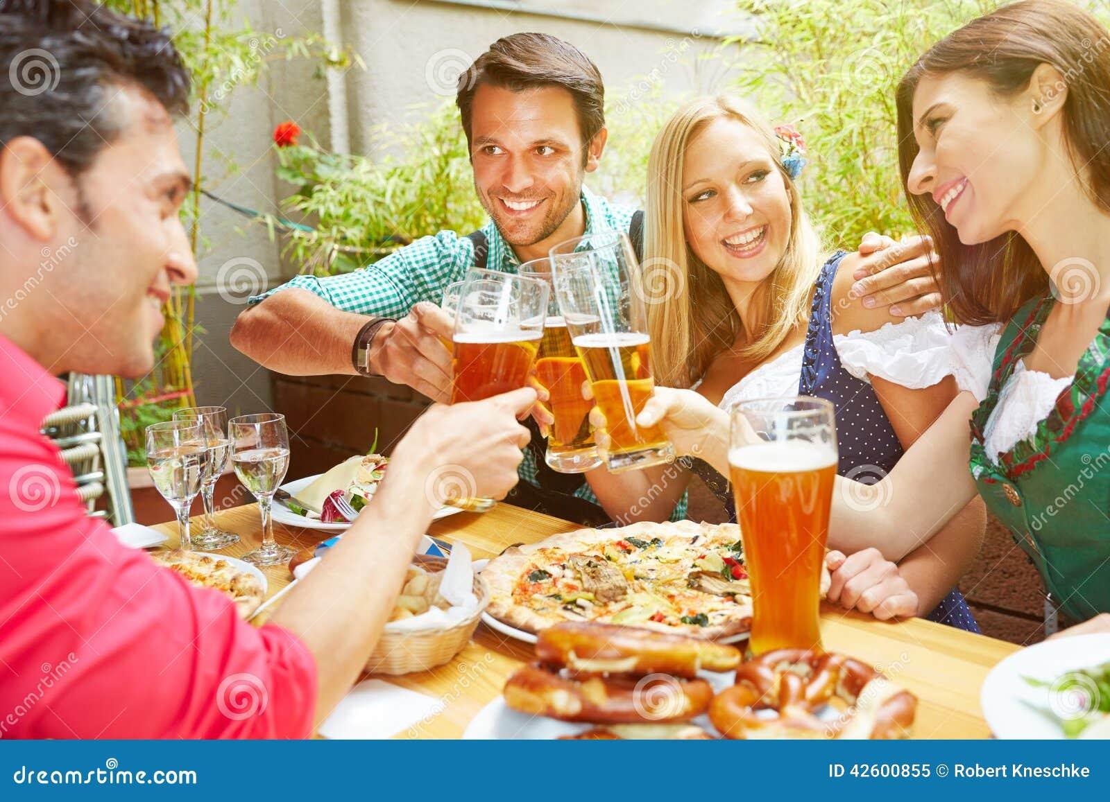 Vrienden die met bier vieren